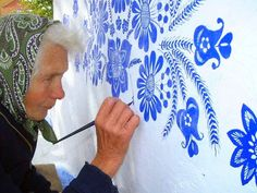 90 Year Old Grandma Turns Small Village Into Art Gallery With Hand Painted Flowers Summer Painting, Time Painting, House Painting, Painting Flowers, Woman Painting, Artist Painting, Arte Floral, Motif Floral, Old Street