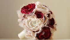 Bouquet con fiori in tessuto rossi e bianchi. Bride bouquet with red and white fabric flowers. #wedding