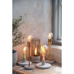 Linda lampunjalka merkiltä Watt & Veke. Että betoni ja kirkas kupari voikaan olla n...
