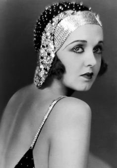 10 Fabulous Pictures of Women's Hair & Make-Up from the - Kreative Portraitfotografie Vintage Glamour, Look Vintage, Vintage Beauty, Vintage Ladies, 20s Fashion, Art Deco Fashion, Fashion History, Vintage Fashion, Flapper Fashion