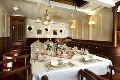 The luxury sailing yacht Atlantic is a replica of the 1903 William Gardner designed three-masted sailing schooner。  这艘豪华游艇是一个1903年威廉·加德纳设计的三桅帆船复制品。