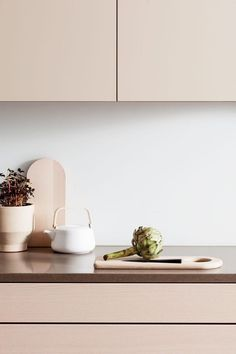Draw inspiration from HTH's many beautiful designs and innovative kitchen solutions. Find inspiration here in the kitchen gallery. Kitchen Worktop, Kitchen Units, Kitchen Doors, Kitchen Handles, Bright Kitchens, Home Kitchens, Minimal Kitchen, Kitchen Gallery, Kitchen Models