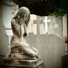 Image in statues collection by Alena on We Heart It Cemetery Angels, Cemetery Statues, Cemetery Headstones, Old Cemeteries, Cemetery Art, Graveyards, Inspiration Artistique, Steinmetz, Chef D Oeuvre