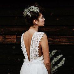 On adore ! Le sublime décolleté dos de la robe Bonny imaginée par @eleonore.pauc photographiée par @yorisphotographer . . Et n'oubliez pas de tagguer vos images #sinspirersemarier pour partager vos publications avec nous ! . . . #decomariage #mariageboheme #mariagenature #mariagekinfolk #mariee #blogmariage #decomariageboheme #inspirationmariage #lamarieeauxpiedsnus #LMAPN #wedding #weddingblog #kinfolkwedding #robesdemariee #simplewedding #naturewedding #wildwedding #sinspirersemarier