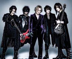 Dentro del ambiente visual kei japonés, unos los grupos metal actuales más populares es The Gazette. Con un estilo muy de los 80 y principios de los 90, esta banda de metal alternativo formada por Ruki, Reita y Uruha en el año 2002 siguió creciendo para incorporar dos nuevos integrantes que siguen en la actualidad, Aoi y su nuevo líder, Kai. Desde los inicios de The Gazette, son conocidos por sus trajes elegantes, el uso del maquillaje y frondosas melenas. The Gazette Band, Aoi The Gazette, Best Rock Bands, Cool Bands, Heavy Metal, Musica Metal, Kai, Kei Visual, Disney Princess Tattoo