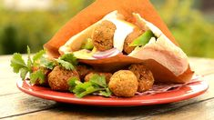 Oblíbené vegetariánské jídlo z cizrny si bez potíží připravíte doma. Karolína, domácí kuchařka se s námi podělila o recept, který stojí za vyzkoušení. Je jednoduchý a výsledek je velmi chutný a zaručeně přesvědčí i masožravce :)