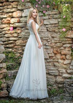 Broderiile aproape insesizabile si croiul cuminte al acestei rochii de mireasa asigura o eleganta aparte care va fascina cu dezavarsire.