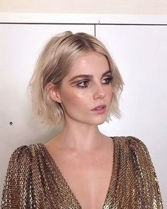 Lucy Boynton's Blunt Bob Is The Breakout Star Of 2019 Her hairstylist Jenny Cho told us EXACTLY how to copy it. Hair Inspo, Hair Inspiration, Fashion Inspiration, Trending Hairstyles, Cool Haircuts, 70s Haircuts, Grunge Hair, Hair Hacks, Hair Trends