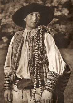 "Chlap s ""cedidlom"" z Čierneho Baloga, Horehronie, Slovakia Bohemian Girls, Bohemian Art, Folk Costume, Costume Dress, Heart Of Europe, Folk Embroidery, Culture, My Heritage, Traditional Dresses"