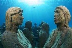 メキシコのリゾート地カンクンにはカンクン海底美術館っていう海底の美術館があるんですって この美術館は海底に彫刻がずらりと並んでいます イギリス人彫刻家ジェイソンデカイレステイラーさんが480体以上もの彫像を海底に沈めたそうですよ この美術館に行くにはツアーをつかっていくといいんだって いつか行ってみたいな(ω) tags[海外]