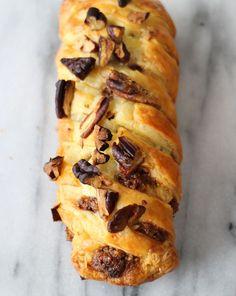 Je kent ze wel: de knapperige pecanbroodjes die je bij de meeste supermarkten of in de kiosk ziet liggen. Zo maak je zelf pecanbroodjes.