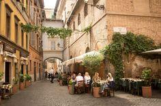 Si estás cansado de ser un turista y quieres convertirte en un viajero, piérdete por estos barrios europeos y descubre la verdadera esencia de las ciudades.