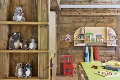 Spielzimmer mit vielen Möglichkeiten zum Basteln, Malen und Spielen // Playing room Baseball, Travel, Holiday On A Farm, Game Rooms, Family Vacations, Playing Games, Crafting, Viajes