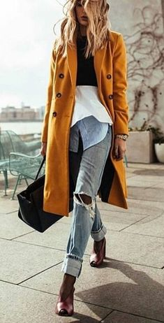 Street style: distressed denim and long mustard coat Fashion Mode, Look Fashion, Winter Fashion, Fashion Trends, Fall Street Fashion, Ladies Fashion, Fashion Bloggers, Womens Fashion, Urban Chic Fashion