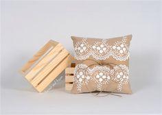 Mia est un oreiller anneau parfait pour un mariage rustique. Le 6 x 6 carrés oreiller est faite de tissu de lin beige qui ressemble à une toile de pommes de terre de lIdaho. Une couche de dentelle Ivoire roses et ourlet fil pour attacher les anneaux compléter le look pour ce porteur de lanneau. Quelques informations supplémentaires sur cet oreiller :  -DIMENSION: L 6 x 6 W x 2 H - matériaux : lin Beige pour le thread de dentelle, bourre et ourlet oreiller, Ivoire. TOUT NOUVEAU MATÉRIEL…