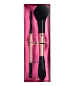 Rose gold-colored. LIMITED EDITION. A gift-ready set with two versatile brushes that cover a wide range of techniques. Contains: BROW AND LASH BRUSH A