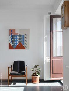 Фрагмент гостиной с английским креслом 1950-х годов. На стене картина работы самарского художника Александра Зайцева. Балконную дверь, а также оконные рамы и старые межкомнатные двери отреставрировал Александр Серебряков. Его же авторства новые стеклянные двери и раздвижные перегородки.