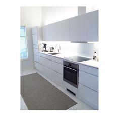 Bright Light White - it almost rimes  Simple cool Mano kitchen @pisarablogi in Finland  #Kvik #danishdesign #manobykvik #kitchen #keittiö #køkken #whitekitchen #handlesskitchen #whiteandwhite #compactliving #kitchen #interiorinspiration #followus