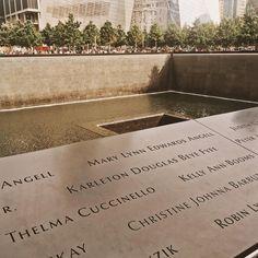 Hoje foi dia de visitar o memorial do 11 de setembro. Fico até sem ter o que escrever... Na hora que estava lá também faltaram palavras. Só pensamentos. É um local bem, bem, bem pesado. A homenagem aos familiares das vítimas é muito bonita, emocionante. Assisti aos documentários há alguns anos e hoje pude mensurar um pouco do que é retratado. Impossível não imaginar, tentar entender. De qualquer maneira, valeu a visita. #VicEmNY #11desetembro