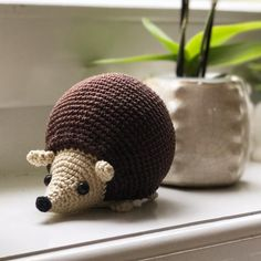 Cute hedgehog crochet pattern. Available in English, German and Dutch.  www.mariskavos.nl