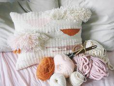Un coussin tissé et une sélection de laines pour le tissage