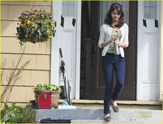 Selena Gomez is Beezus Quimby: Photo Selena Gomez picks up the pace as she races to the film set of her upcoming flick, Ramona and Beezus, in Vancouver on Friday afternoon (April The Selena Selena, Fotos Selena Gomez, Selena Gomez Images, Estilo Selena Gomez, Ramona Books, 2000s Fashion, Fashion Outfits, Ramona And Beezus, Alex Russo
