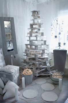 Empiler et peindre des palettes en bois pour fabriquer un sapin de Noël original à la maison