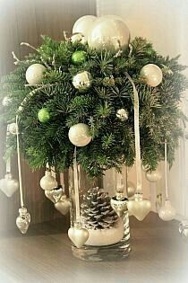 18 Amazing Christmas Centerpieces For The Cutest Christmas - Weihnachtsdeko selber basteln - Weihnachten Centerpiece Christmas, Christmas Arrangements, Xmas Decorations, Flower Arrangements, Christmas Projects, Christmas Home, Christmas Holidays, Christmas Crafts, Homemade Christmas