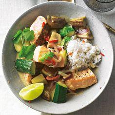 Das Lachs-Curry mit Auberginen und Zucchini ist ein leichtes Hauptgericht mit feiner Schärfe. Garniert mit frischem Koriander und Limettenspalten macht es geschmacklich wie optisch was her. Foto: Thomas Neckermann
