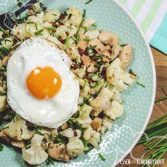 Blumenkohl mal anders. Eine richtig tolle Variante ist die Zubereitung in der Pfanne. Deftig und lecker wie Bratkartoffeln, aber mit weniger als 10g Kohlenhydraten pro Portion. Schnell gekocht und noch schneller gegessen.