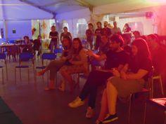 Il pubblico in una luce seventies.