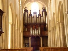 Falaise ND de Guibray Un orgue,  a été construit à Notre-Dame de Guibray dès la première moitié du XVIe siècle. Il était installé vraisemblablement sur une tribune installée dans l'un des transepts de l'église.  Vers 1562, endommagé .... Il fut reconstruit au fond de la nef. La tribune fut reconstruite en 1745, par Jean et Joseph Le Roy, charpentiers de la paroisse Notre Dame de Guibray. pour un coût de 1000 livres. En 1746, le buffet et l'orgue furent construits.