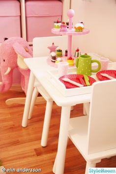 Me encanta la mesita de té y la torre para los cupcakes!!!