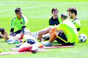 (LR) Neymar, Jordi Alba, Lionel Messi, Javier Mascherano y Gerard Piqué del FC Barcelona tienen un descanso después de una sesión de entrenamiento durante una FC Barcelona abierta Día de prensa delante de la UEFA Champions League ante la Juventus el 2 de junio de 2015, de Barcelona, España.