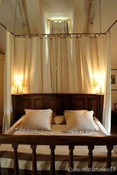Voici le splendide lit à #baldaquin de la #suite # nuptiale du #pavillon de #France.  #bed #lit #bedroom #charme #softness #douceur #white #blancheur #romantic http://www.chateauchambiers.com/