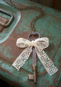 Ana Rosa - lace bow and old key Antique Keys, Vintage Keys, Vintage Love, Antique Hardware, Under Lock And Key, Key Lock, Shabby Chic Vintage, Old Keys, Knobs And Knockers