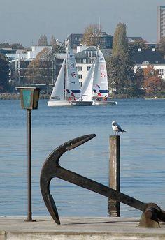 Bootssteg mit Anker an der Hamburger Aussenalster - Segelboote auf dem Wasser. by christoph_bellin, via Flickr repinned by www.BlickeDeeler.de