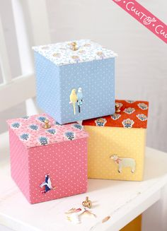 small square boxes Diy Gift Box, Diy Box, Cardboard Box Diy, Origami, Frame Purse, Fabric Boxes, Easy Gifts, Diy Projects To Try, Trinket Boxes