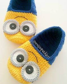Stricken sie Baby Kleidung As a Mafia Wars gamer and you understood precisely how crucial Booties Crochet, Knitted Slippers, Crochet Baby Booties, Crochet Slippers, Minion Crochet Patterns, Minion Pattern, Baby Knitting Patterns, Crochet Stitches, Knit Crochet