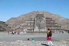 Teotihuacán. Detrás de la Pirámide de la Luna se ve también la Pirámide del Sol. Cultura azteca.
