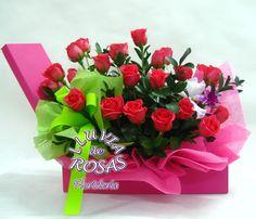 Exclusivo arreglo floral vertical en caja decorativa