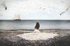 Скачать обои море, птицы, корабль, вода, девушка, платье, чайки, раздел ситуации в разрешении 2048x1365