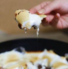 Meu SUPER S'MORES! Feito com chocolate, marshmallow e um toque especial: banana.