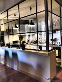 Pour séparer joliment une cuisine sans l'isoler vraiment et garder du volume ! les traverses en métal peuvent être remplacées par des baguettes de bois peintes.