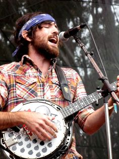 gotta love a cute man playing the banjo =] (not to mention that purple bandana!) scott avett of the avett brothers