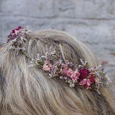 Nuestras coronas de pelo de flores secas hechas a mano son una gran alternativa para crear una apariencia salvaje y Bohemia para tu boda. Están disponibles en dos estilos 3/4 estilo como se muestra en las fotos, o como una corona completa que no tiene las lagunas, que se muestra
