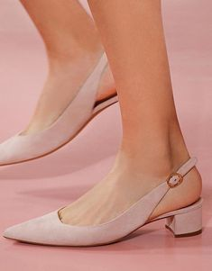 You need to choose wedding shoes that are the perfect match to your gown. Check out these tips to buy the perfect wedding shoes for your big day. Sneakers Mode, Sneakers Fashion, Fashion Shoes, Shoes Sneakers, Prom Shoes, Wedding Shoes, Shoes Heels, Strappy Shoes, Flats