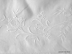Linge ancien de lit > Draps, Taies... > LINGE ANCIEN / Très joli drap avec imposante guirlande de fleurs et monogramme HB sur toile de lin fin - Linge ancien - Passion-de-Blanc - Textiles anciens