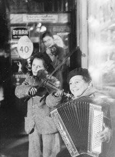 Jean-Gabriel SÉRUZIER Musiciens de rue, concours de danse, vers 1950, Paris.