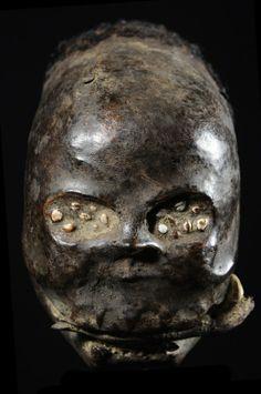 Crâne humain surmodelé de l'ethnie Ekoi au Nigéria, surmodelé d'argile et recouvert de peau et decheveux humains. Le groupeEjagham ou Ekoi, que l'on trouve dans le sud-est du Nigeria, ou dans l'ouest du Cameroun, est à l'origine d'une forme d'art unique et assez surprenante : des cimiers figurant des têtes recouvertes de peau d'antilope à l'aspect vernissé. Les peuples de la grande forêt ont toujours accordé une importance particulière au crâne, …